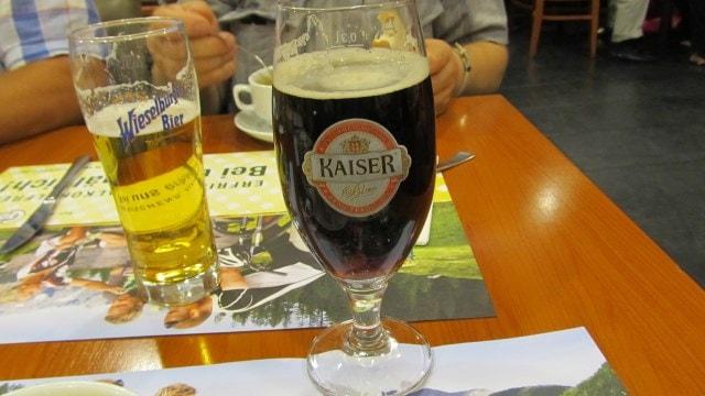 Пиво в Вене. Слева светлое пиво, справа - темное.
