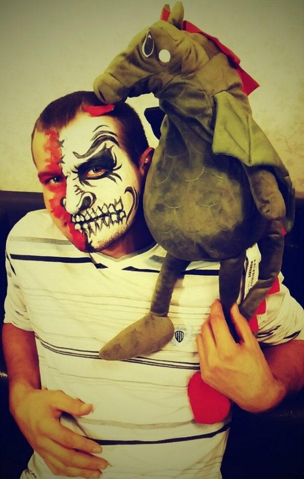 Мужик сделал костюм для хэллоуина - потешная получилась штука.