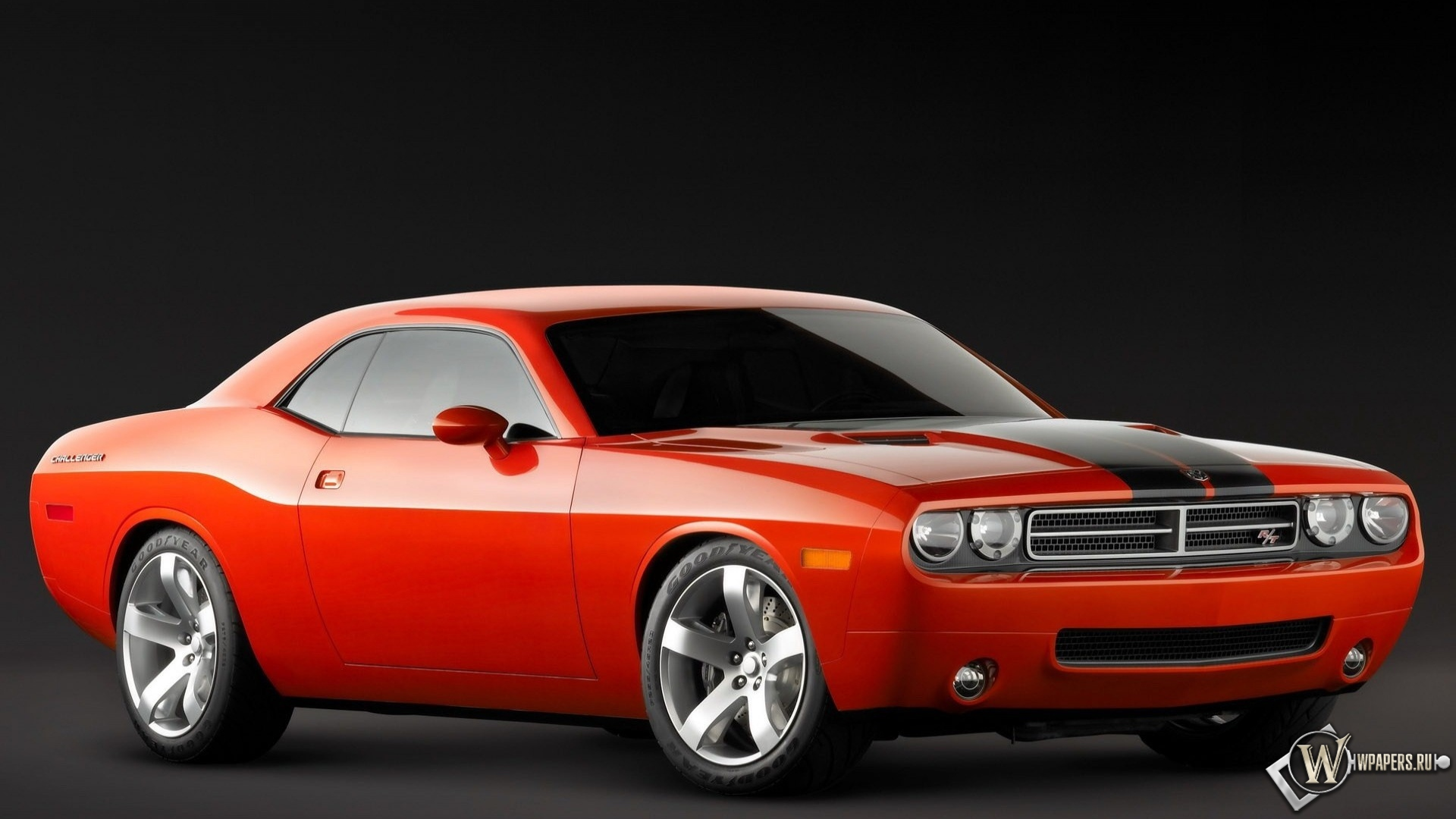 Красный Dodge Challenger.